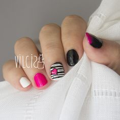 Short nails design in black and white with a neon heart. Diseño de uñas cortas en blanco y negro con un corazón en neón. By Vilcis.