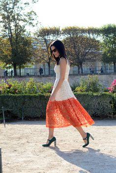 Street style em Paris com look de renda nas cores off white e laranja da marca Sophia Ka, bolsa de bola de acrílico e sapato Dolce & Gabbana com cristais no salto.