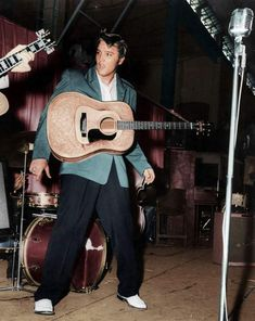 Looking cool and hip Elvis Presley Family, Elvis Presley Photos, Priscilla Presley, Elvis Presley Wallpaper, Elvis Guitar, Young Elvis, Album Sales, John Lennon Beatles, Buddy Holly