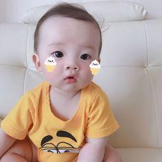 A imagem pode conter: 1 pessoa, bebê e close-up Many Chilean children were stolen from other mothers Cute Asian Babies, Korean Babies, Asian Kids, Cute Babies, Cute Little Baby, Little Babies, Little Ones, Baby Kids, Baby Boy