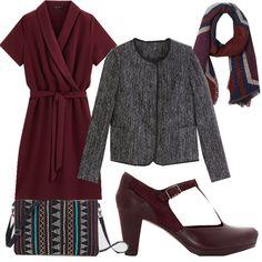 Un classico sempre chic: vestito a portafoglio bordeaux abbinato ai sandali alla francesina della stessa tonalità, giacchino stile Chanel grigio, borsetta con perline e sciarpa dal disegno stilizzato.