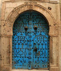 A door in Sidi Bou Said, Tunisia.was here a few years ago Cool Doors, Unique Doors, Portal, Ideas Terraza, Moroccan Doors, Grand Entrance, Closed Doors, Door Knockers, Doorway