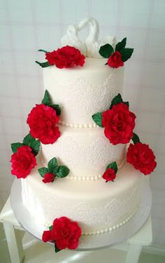 Purppurahelmen juhla- ja  fantasiakakut: Hääkakku tulipunaisin ruusuin