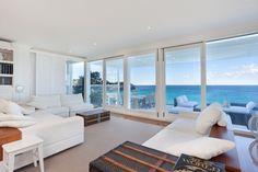 La moderna villa australiana.  A nord di Sydney, sulla pittoresca spiaggia di Bungan Beach, è stata edificata un'abitazione dal design attuale e ricercato, dalla quale si gode di una vista mozzafiato sull'oceano.
