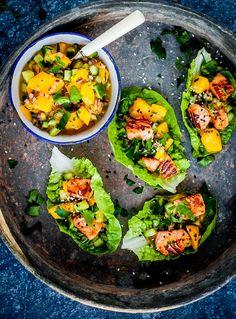 Helgen närmar sig med stormsteg och det är låga att planera vad det ska bli för mat. En stor favorit här hemma är fisktacos! Perfekt att servera som lite plockmat till lördagens melodifestival. Ställ fram skålar med ingredienser och låt var och en göra iordning sin egen. Eller fixa färdigt allt Organic Recipes, Raw Food Recipes, Veggie Recipes, Asian Recipes, Cooking Recipes, Healthy Recepies, Healthy Snacks, Healthy Eating, Mango Salsa