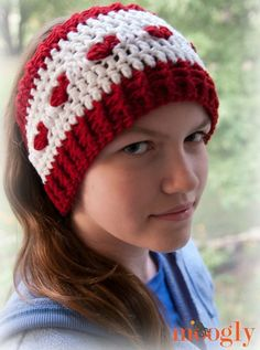 Love is Cold Ear Warmer - free crochet headband pattern in 2 sizes on Moogly! Perfect for chilly ears and Valentine's Day - or any day! Crochet Beanie, Knit Crochet, Crochet Hats, Crochet Headbands, Earwarmer Headbands, Moogly Crochet, Crochet Girls, Mode Crochet, Wrap Pattern