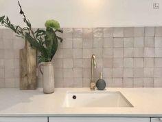 marokkaanse_wandtegel_zellige_gris_rose_10x10cm_keuken Ikea Kitchen Design, Kitchen Interior, Kitchen Decor, Kitchen Colour Combination, Kitchen Splashback Tiles, Moroccan Kitchen, Mad About The House, Kitchen Stories, Glass Kitchen