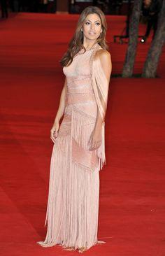 Eva Mendes in a Versace fringe dress. Eva Mendes, Elegant Dresses For Women, Nice Dresses, Glamour, Fringe Dress, Celebrity Look, Vogue Fashion, Celebs, Celebrities