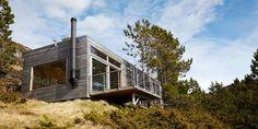 Herlig arkitektur: Hytta er et kysthus og har fått liggende panel av furu kjerneved. Taket er lagt med torv og den innvendige kledningen er i bjørk kryssfiner. Gulvet er i isolert trebjelkelag av furu.