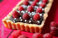 tarta z czekoladą i malinami