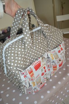 A bag for my MAC - Adélie& fads- Un sac pour ma MAC – Les lubies d'Adélie A nice bag to store your sewing machine! Coin Couture, Couture Sewing, Handbag Tutorial, Diy Sac, Patchwork Bags, Bag Patterns To Sew, Sewing Accessories, Sewing Projects For Beginners, Sewing Hacks
