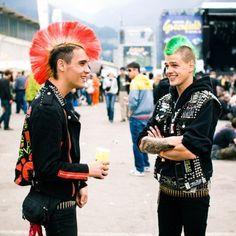 Punks are more beautiful than what you' Because they are Punk.Because they are better than all the hipsters.Because they are Punk.Let Punks control the world. Punk Mohawk, Punk Guys, Hard Rock, Estilo Punk Rock, Mode Punk, Heart Hair, Skinhead, Cosplay, Punk Fashion