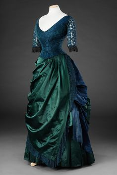 unknown country Silk evening dress John Bright Collection In love with this dress, especially the color. 1880s Fashion, Edwardian Fashion, Vintage Fashion, Vintage Outfits, Vintage Gowns, Vintage Clothing, Vintage Hats, Old Dresses, Pretty Dresses