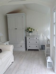 Summerhouse a Gustavian style Interior. Walls & ceiling in Dulux Jasmine White and plain white waterbased eggshell Modern Bedroom Furniture Sets, Modern Bedroom Decor, Bedroom Themes, Farmhouse Master Bedroom, Master Bedroom Makeover, Home Bedroom, Dulux White Paint, Modern Vanity Table, Abstract
