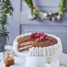 Perinteinen kinuskikakku on juhlapöydän ehdoton klassikko! Raikas vadelmainen täyte rahkalla ja kermalla on täydellinen makupari makealle kinuskille.