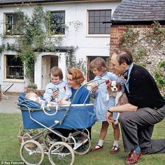 Roald Dahl with Wife Patricia Neal and Children Olivia, Tessa, and Theo at Their Home White Fields in Great Missenden, Buckinghamshire in 1962 Patricia Neal, Roald Dahl Books, Best Actress Oscar, Famous Historical Figures, Old Movie Stars, Classic Films, Classic Hollywood, In This Moment, Children