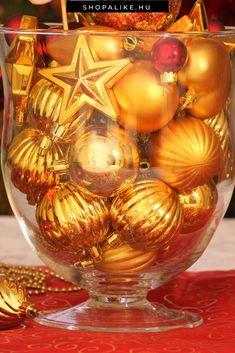 A karácsonyi üveggömbök nemcsak a karácsonyfán használhatóak. Inspirálódj ebből az egyedi dekorációs ötletből, és helyezz pár karácsonyfadíszt egy átlátszó vázába vagy üveg edénybe. Így közszemlére teheted azokat a díszeket is, amiknek nem jutott hely a fán, vagy amik már nem mutatnak olyan szépen. A gömbök lehetnek egyszínűek, de kombinálhatod is a színeket. Az üveggömbök mellé beiktathatsz más figurákat, illetve egyéb díszeket, például masnikat. #karácsony #karácsonyfadísz…