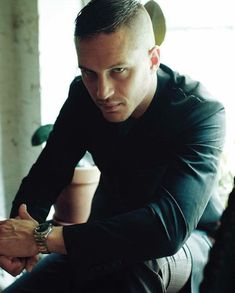 I need Tom Hardy to look at me like that! Peaky Blinders, Ponytail Hairstyles, Girl Hairstyles, Shaved Hairstyles, Modern Hairstyles, Guy Ritchie Movies, Tom Hardy Photos, Toms, Mens Braids