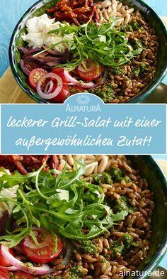 Dieser leckere Salat ist schnell und einfach zubereitet. Mit diesem Salat bringst du mal was außergewöhnliches auf die nächste Grillparty mit. Falls du Fleischliebhaber dabei hast: Den Salat mit hauchdünnen Schinkenstreifen garnieren. Veganer lassen den Mozzarella weg und streuen stattdessen kross gebratene Räuchertofu-Streifen darüber. #Alnatura #Rezept #Grillen #Salat #Grillsalat #Beilage