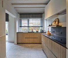 Jeroen en Nathalie kochten een woning in Turnhout. Toen ze de keuken onder ogen kregen, waren ze toch wat teleurgesteld. Ze legden hun noden, behoeften en verlangens voor aan een interieurarchitect van Dovy. Samen ontwierpen ze de keuken van hun dromen. En kijk nu eens naar het resultaat: een combinatie van een moderne en landelijke stijl die prachtig oogt. #interieurdesign #keuken #keukeninspiratie Style Rustique, Kitchen Cabinets, Design, Home Decor, Functional Kitchen, Glass Kitchen, Living Spaces, Modern, Submissive