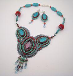 Perlenstickerei Bib Halskette, Türkis und Rot, Statement Kette, Türkis Perlenkette, Perlenarbeit, Roter Swarovski Kristall, Halbedelsteine