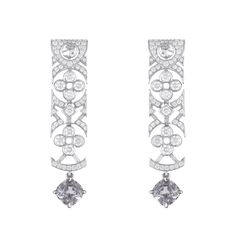 Boucles d'oreilles en or gris, spinelle gris bleu et diamants. Louis Vuitton Haute Joaillerie, Collection Voyage dans le temps, Dentelle de Monogram.