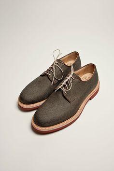 ผลงานรองเท้าสุดคลาสสิคด้วยวัสดุที่มีคุณภาพกับการผลิตที่ได้มาตรฐานผลงานรองเท้าแฮนด์เมด จากChurch -Fulbeck Derby Shoe รองเท้าที่ดูไม่ทางการจนเกินไปสามารถสวมใส่ได้หลายโอกาส