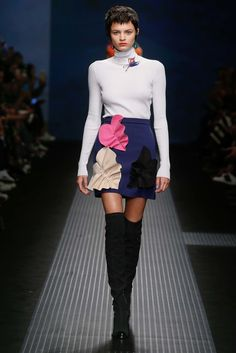 MSGM Fall 2015 Ready-to-Wear Fashion Show Collection: See the complete MSGM Fall 2015 Ready-to-Wear collection. Look 5 Runway Fashion, Fashion Outfits, Milan Fashion, Women's Fashion, High Fashion, Applique Skirt, Trend Council, Vogue, Winter Mode