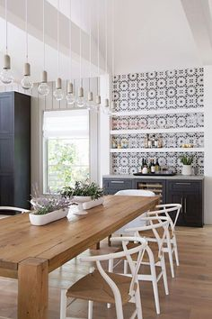 20 Timeless Farmhouse Dining Room Design and Decor Ideas that are Simply Charming Modern Farmhouse Living Room Decor, Farmhouse Kitchen Tables, Farmhouse Interior, Modern Farmhouse Kitchens, Home Kitchens, Kitchen Dining, Farmhouse Style, Kitchen Modern, Cabinets In Dining Room