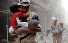 """Em meio ao caos sempre existirá os bons de coração pra ajudar você! #POLICIADOPOVO  °  °  FoTo dos Hérois Sírios.  Um grupo de socorristas.  Chamados de """"Capacetes Brancos""""  °  °  #heroes #resgate #rescue  #salvar #proteger #anjos  #caos #homens #vida #life  #herois #siria #sirios #verygood  #socorristas #capacetesbrancos"""