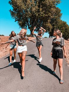 Hamburger Haenger ® Rock Sister T-Shirt Oil Washed bff, friendship. - Hamburger Haenger ® Rock Sister T-Shirt Oil Washed bff, friendship goals, twinstyle f - Friends Mode, Cute Friends, 4 Best Friends, Summer With Friends, Photos Bff, Friend Photos, Friend Picture Poses, Shooting Photo Amis, Coachella