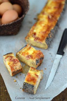 Une baguette garnie d'un mélange oeuf-fromage ... une idée sympa pour vos futurs apéritifs. Ingrédients ( pour 6 personnes ) 1 baguette de pain aux graines de Pavot 5 œufs 2 tranches de jambon sec 30 g de Comté râpé 1 oignon nouveau du Persil plat Sel...