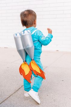 DIY Space Family Costume - Studio DIY - Real Time - Diet, Exercise, Fitness, Finance You for Healthy articles ideas Purim Costumes, Halloween Costumes For 3, Cool Costumes, Diy Halloween, Costume Ideas, Diy Kids Costumes, Zombie Costumes, Costume Parties, Children Costumes