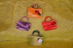 Mini borsetta creata a mano all'uncinetto,