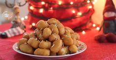 Gli struffoli al forno morbidi, piccoli dolcetti natalizi, tipici napoletani, davvero golosi. Cotti in forno, e poi arricchiti con miele e arancia.