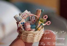 So pretty - Teeny tiny basket of miniature knitting supplies! Vitrine Miniature, Miniature Rooms, Miniature Crafts, Miniature Houses, Miniature Furniture, Miniature Quilts, Mini Doll House, Mini Craft, Sewing Baskets