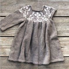 – Cornelia – Our pattern is now available in Danish at www. The pattern includes instructions for a dress both with and without sleeves! English pattern is coming. Crochet Bebe, Knit Crochet, Knit Baby Sweaters, Knitted Dolls, Knitting Designs, Danish Design, Baby Knitting, Skort, Romper