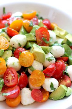 This tomato mozzarella avocado salad is an easy summer salad that uses just a few ingredients and comes together in minutes. It& a fresh, colorful summer salad that everyone will enjoy. Healthy Nutrition, Healthy Snacks, Healthy Eating, Healthy Recipes, Easy Summer Salads, Summer Recipes, Salada Caprese, Caprese Salad, Tomato Mozzarella Salad