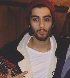 New picture of Zayn in a beanie; damn, he looks good enough to eat! Niall Horan, Zayn Mailk, Liam Payne, Louis Tomlinson, Harry Styles, Zayn Malik Photos, I Want To Cuddle, One Direction Zayn Malik, Music Competition