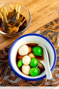 Indonesian Glutinous Rice Balls in Ginger Syrup is a tasty dessert with the aroma of ginger, lemongrass and pandan in the soup. Recipe by Asian Inspirations. Indonesian Desserts, Indonesian Cuisine, Asian Desserts, Asian Recipes, Indonesian Recipes, A Food, Good Food, Cooking Recipes For Dinner, Ginger Syrup