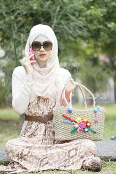 New Modern Latest Style Hijab 2014 in fashion for women and girls images idea for your life style Islam introduced Hijab for protect young girls photos look you different ladies hijab pics. Muslim Women Fashion, Islamic Fashion, Beautiful Muslim Women, Beautiful Hijab, Picnic Outfits, Casual Hijab Outfit, Hijab Wear, Abaya Fashion, Modest Fashion