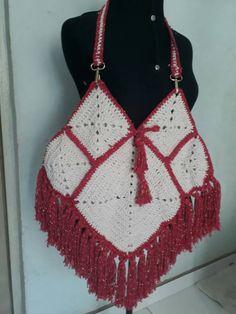 BOLSA FOLK CROCHÊ  Bolsa de crochê estilosa feito com barbante de algodão .  Acabamento com mosquetão, alças medias e  Franjas.