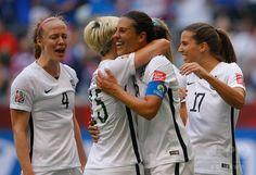 女子サッカーW杯カナダ大会・決勝、米国対日本。ハットトリックを達成し、チームメートに祝福される米国のカーリー・ロイド(2015年7月5日撮影)。(c)AFP/Getty Images/Kevin C. Cox ▼6Jul2015AFP|ロイド「私には使命があった」 W杯決勝のハット達成は史上初 http://www.afpbb.com/articles/-/3053763 #2015_FIFA_Womens_World_Cup #Final_United_States_vs_Japan #Carli_Lloyd