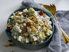 Brokkolisalat med druer er knasande sprø og digg å setje på bordet på ein sommarfest. Fortsett å les Potato Salad, Tapas, Bacon, Food Porn, Food And Drink, Eat, Healthy, Ethnic Recipes, Summer