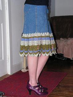 Free tutorial on how to add crochet trim to a denim skirt..