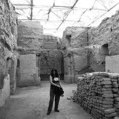 """Mari, ruta del Eufrates, yacimiento a 10kms de la frontera de Irak""""Sin mi cámara NO"""", fotografías personales que dan """"fe de vida"""" de la presencia física de la fotógrafa Gloria Giménez que estaba en el lugar """"del instante fotografiado"""" de sus Portfolios . Desde sus inicios 1991 hasta la actualidad."""
