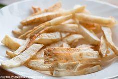 Obierz seler, pokrój w paski, włóż na rozgrzaną patelnię z olejem kokosowym lub do rozgrzanego piekarnika na blasze. Smaż do zarumienienia.