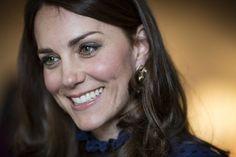 EN IMAGES. La robe fourreau bleue de Kate Middleton