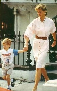 June 1989 ~ Diana, Princess of Wales and Prince Harry are pictured at a boys' school. Princess Diana Fashion, Princess Diana Pictures, Princess Diana Family, Princes Diana, Real Princess, Prince And Princess, Princess Of Wales, Diana Son, Lady Diana Spencer