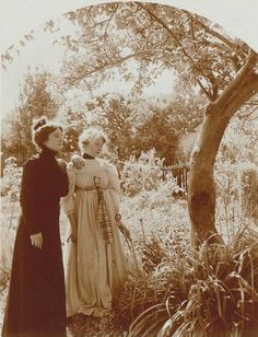 Victorian Sisters In Their Backyard Garden - photographer, Charles Augustin… a widow and a maiden Victorian Life, Victorian Photos, Antique Photos, Vintage Pictures, Vintage Photographs, Old Pictures, Vintage Images, Old Photos, Victorian Photography